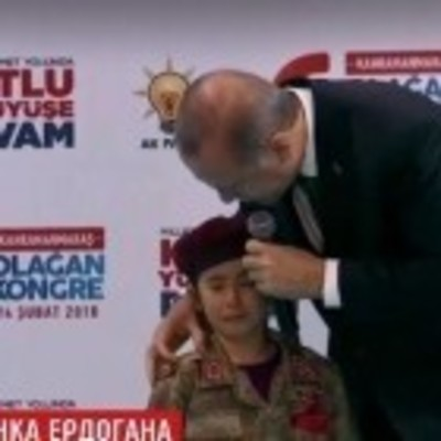 Эрдоган пообещал плачущему ребенку похороны с почестями (видео