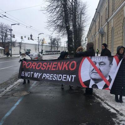 Полиция задержала двух феминисток во время пресс-конференции Порошенка (фото)