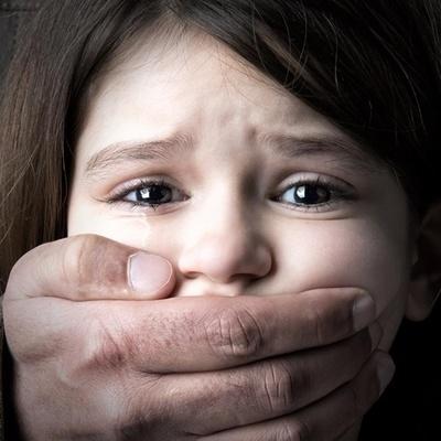 В Деснянском районе мужчина изнасиловал девочку-подростка