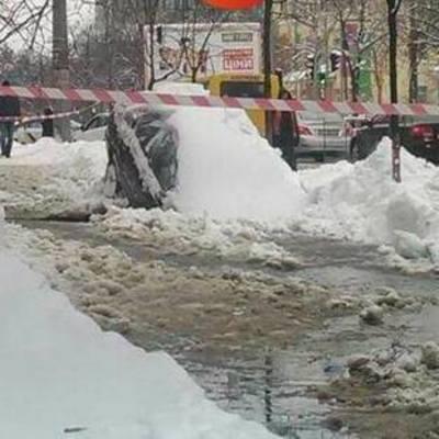 В центре Киева авто провалилось под асфальт (фото)