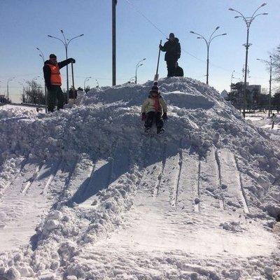 В Киеве соорудили из снега огромную горку с трамплином