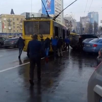 В Киеве пассажиры толкали троллейбус, заблокированный автохамом