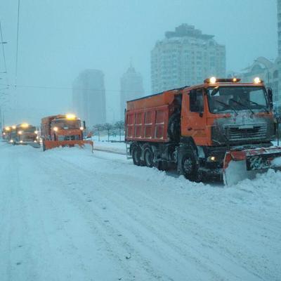 199 единиц спецтехники и 29 бригад «Киевавтодора» с ночи обрабатывали дороги посыпочными материалами