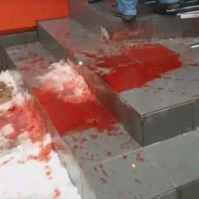 Офис Порошенко облили кровью