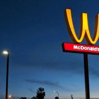К празднику 8 марта компания McDonald's впервые в истории сменила логотип