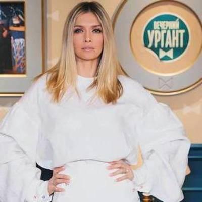 Вера Брежнева вышла в свет в сексуальном платье с высокими разрезами