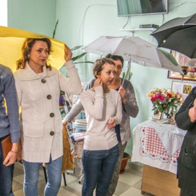 В Киеве пациенты с зонтиками просили отремонтировать больницу