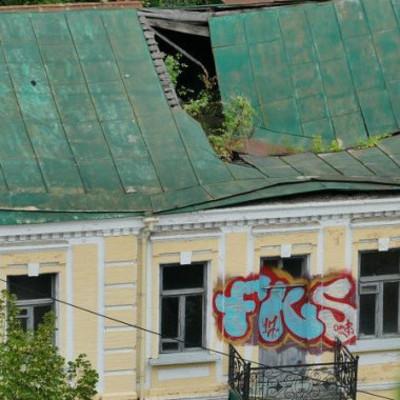 На Андреевском спуске должны отреставрировать дом, в котором растет дерево