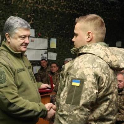 Порошенко наградил военнослужащих в зоне АТО