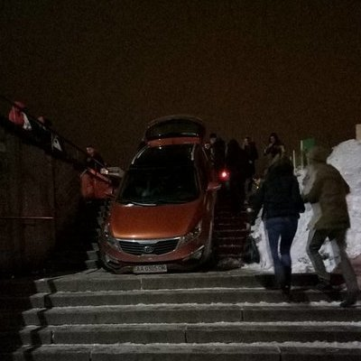 В Киеве авто «припарковалось» прямо на ступеньках (фото)