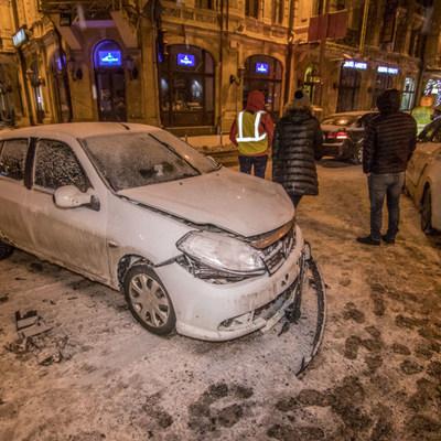 В центре Киеве Kia и Renault не поделили дорогу, пострадала женщина (фото)