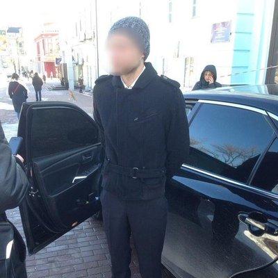 В Киеве мошенник после неудачной попытки обменять 11 тыс. фальшивых долларов сбил и провез на капоте патрульного