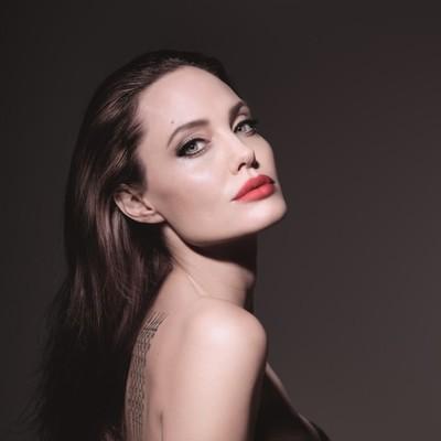 Анджелина Джоли показала свои татуировки в кампании Mon Guerlain Eau de Parfum Florale
