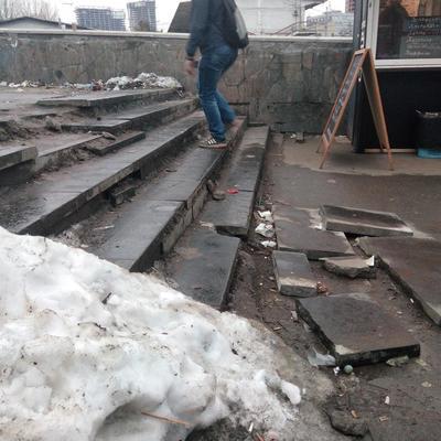 В Киеве возле метро появились опасные ступеньки (фото)