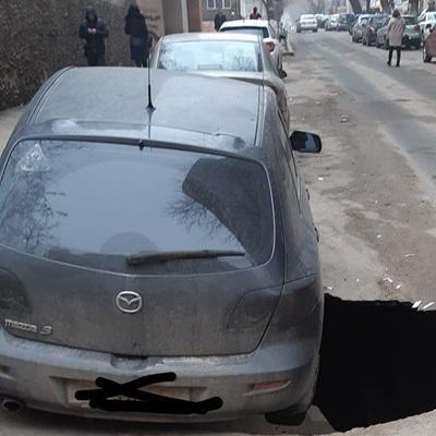 В Одессе посреди дороги автомобиль провалился в 4-метровую яму