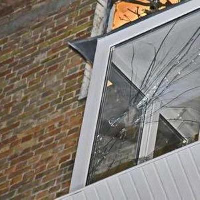 В Киеве упавшее дерево разгромило три балкона и два автомобиля (фото)