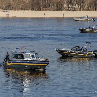 Президент Украины передал Нацполиции современные катера и автомобили