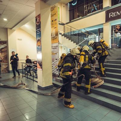 В Киеве провели масштабные учения по ликвидации пожара в ТРЦ Украина (фото)