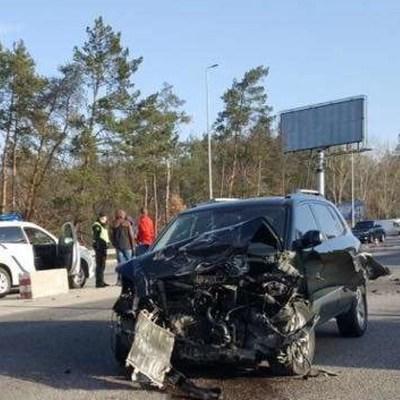 Под Киевом напротив съезда на Виту Почтовую столкнулись три автомобиля, есть пострадавшие (фото)