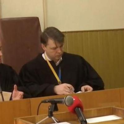В Николаеве судья пытался убить себя... ручкой (видео 18+)