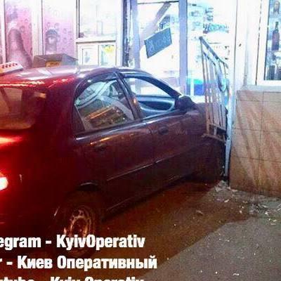 В Киеве таксист протаранил продуктовый магазин