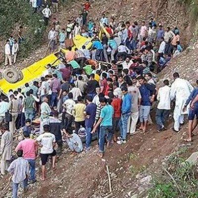 В Индии школьный автобус упал в ущелье, погибли 27 детей
