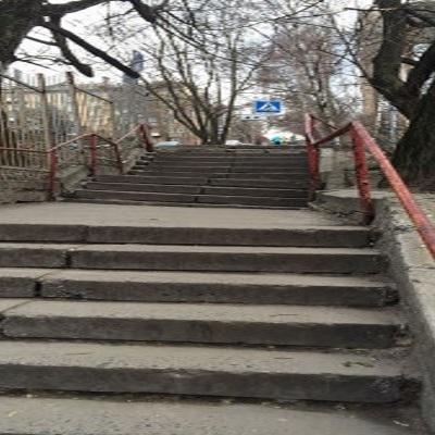 В Киеве на новой тактильной дорожке для незрячих проржавели и развалились поручни (фото)