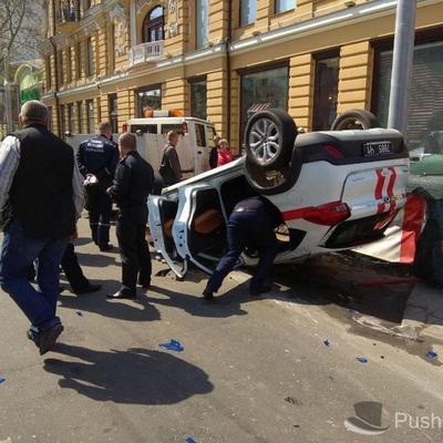 В Одессе после столкновения с внедорожником перевернулось авто спасателей