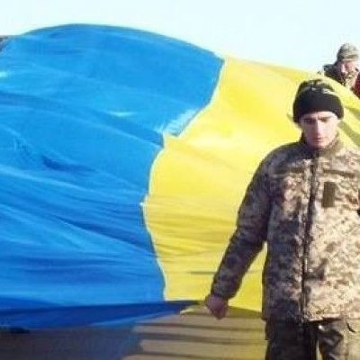 Над Донбассом подняли флаг Украины