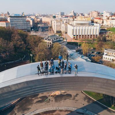 В Киеве 20 экстремалов забрались на Арку Дружбы народов (фото, видео)