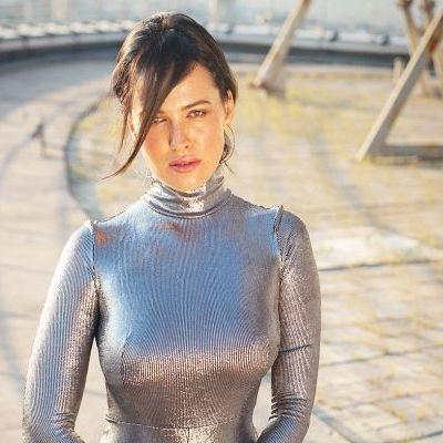 Даша Астафьева показала фигуру в обтягивающем костюме цвета металлик