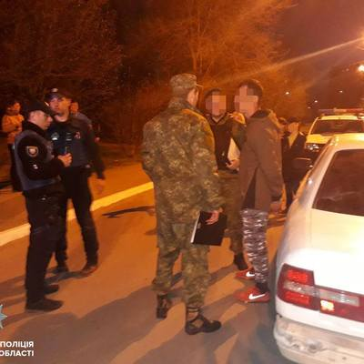 В Мариуполе четверо парней на BMW открыли стрельбу из пневматического пистолета