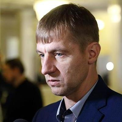 Прячет на закрытой парковке: Гаврилюк катается на авто, которое должен был передать АТОшникам