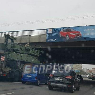 В Киеве тягач с военной техникой застрял под мостом, движение автомобилей парализовано