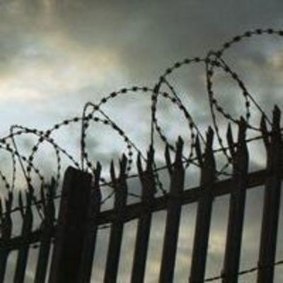 В Херсоне осужденный сбежал, на глазах у конвоиров перепрыгнув 4-метровый забор