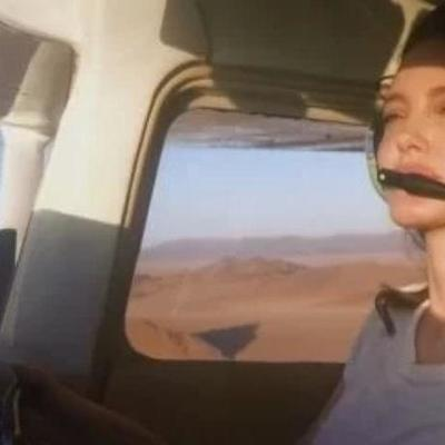 Анджелина Джоли показала, как умело управляет самолетом