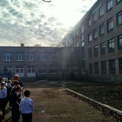 Школьник напал с ножом на сверстников и учительницу и поджег школу