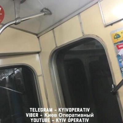 В киевском метро отлетевший от потолка поручень чуть не убил пассажирку (фото)