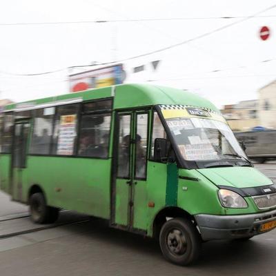 В Киеве агрессивный водитель маршрутки избил пассажира битой из-за замечания (видео)