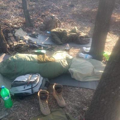 «Еще и не так скрутишься!»: волонтеры показали сон украинского разведчика на Донбассе (фото)