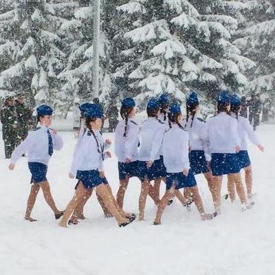 Российских школьников несмотря на снегопад вывели репетировать парад Победы в летней одежде (фото)