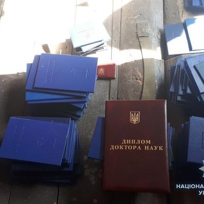 Киберполиция разоблачила группу киевлян, которые в течение 5 лет занимались подделкой документов