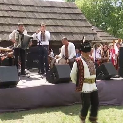 В Киве отмечают майские праздники гуцульскими танцами и вкусными блюдами