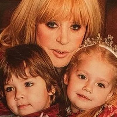 Пугачева во время отдыха с детьми и внучкой (видео)