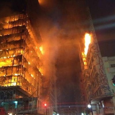 В Бразилии рухнула охваченная огнем многоэтажка