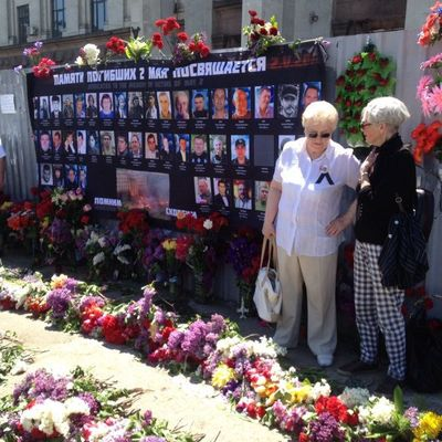 На Куликово поле в Одессе несут цветы в память о погибших (фото)