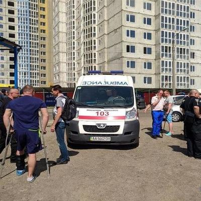 В Киеве на автостоянке произошла стрельба, есть ранены (фото)
