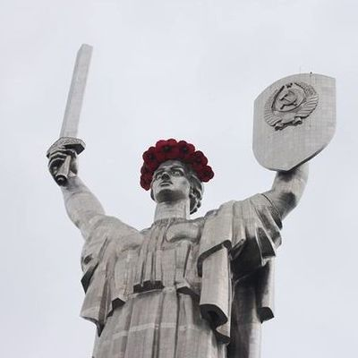 Родину-мать украсили маками: что происходит в Киеве на день памяти и примирения