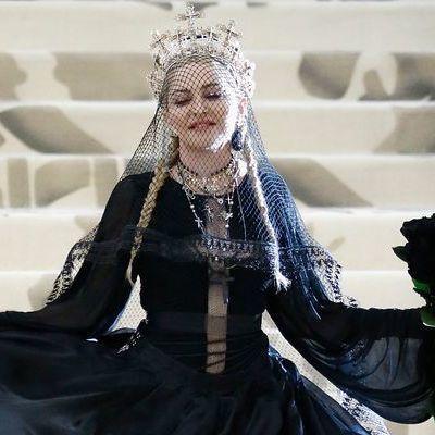 Мадонна вышла в свет в готическом стиле с вуалью
