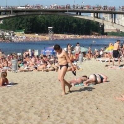 В Киеве на пляжи завезли тонны песка